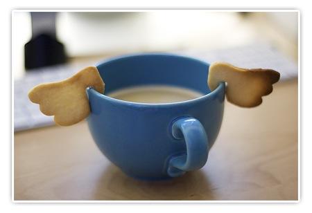 Kaffee mit Plätzchen in Form von Engelsflügeln