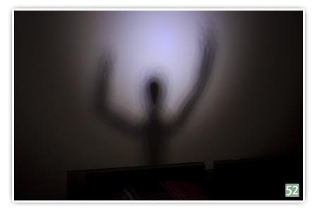 Woche 7 - Monster unterm Bett (auf dem Bild ist ein Schatten von einer angeleuchteten Figur zu sehen)