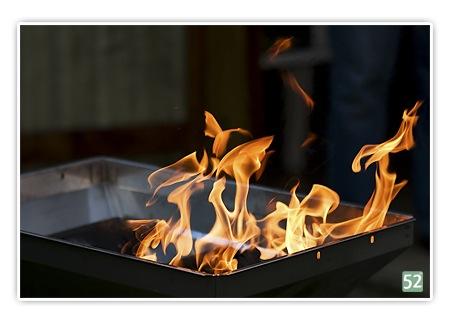 Woche 8 - Bewegung (Projekt52) - auf dem Bild ist ein Ausschnitt von einem Grill mit lodernden Flammen