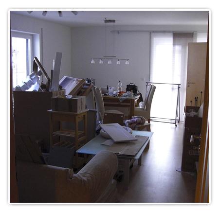 3. Foto Wohnzimmer - alles voll mit Kisten und Kartons